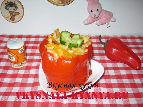 Перец, фаршированный овощами с рисом на тарелке