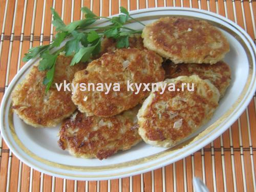 Рубленые котлеты из куриных грудок с томатно-сметанным соусом