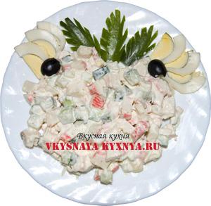 Салат из крабовых палочек, риса и яиц.