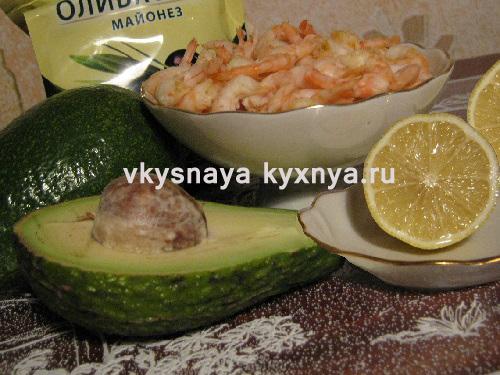 Приготовление салата с креветками и авокадо