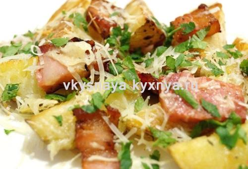 Теплый картофельный салат с беконом и сыром