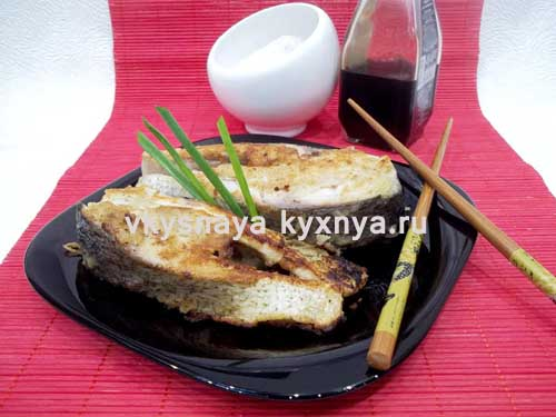 Жареный на сковороде толстолобик в пивном кляре