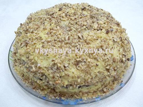 Обсыпанный орехами блинный торт