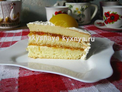 Бисквитный торт на тарелке
