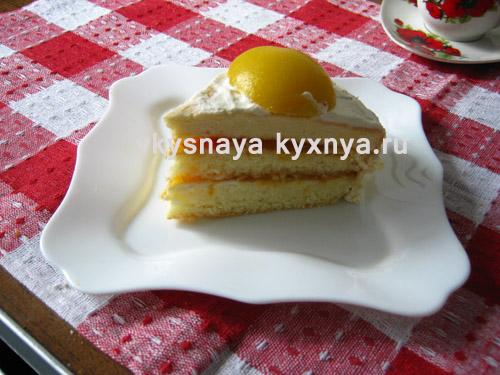Бисквитный торт с персиками