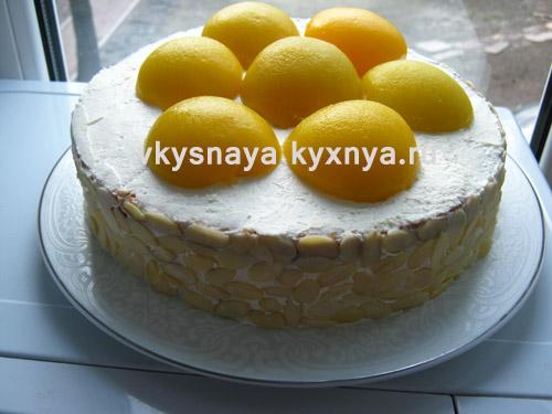 Украшение торта лепестками миндаля