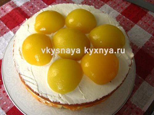 Украшение торта половиноками персиков