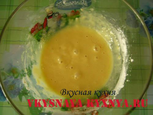 Куриный суп с клецками из муки и яйца.