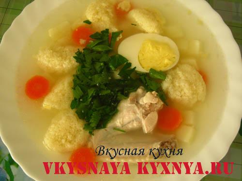 Куриный суп с клецками из манки.