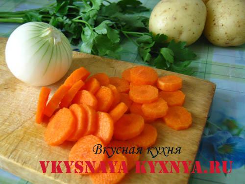 Куриный суп с клецками - нарезаем морковь.