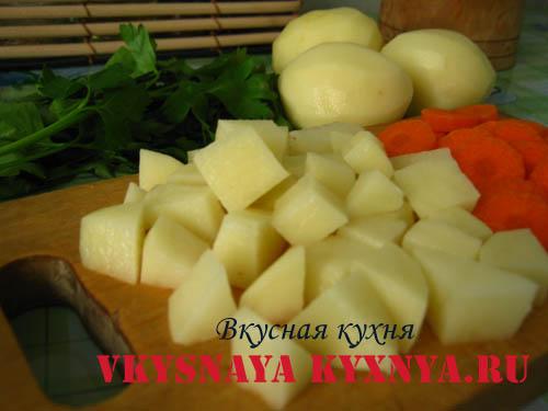 Куриный суп с клецками - нарезаем картофель.
