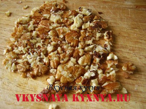 Измельчение орехов скалкой
