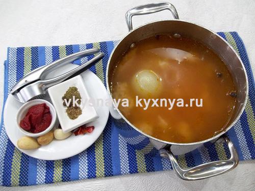 Добавление в харчо томатной пасты и пряностей