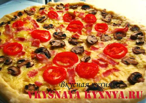 Рецепт домашней пиццы с сыром, ветчиной, грибами и помидорами