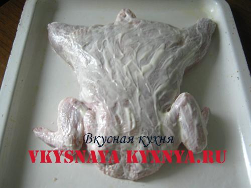 Курица фаршированная, смазанная майонезом