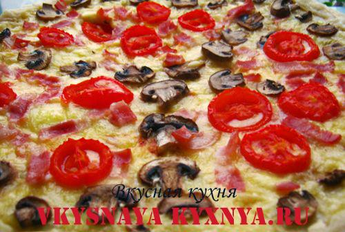 Пицца с ветчиной, грибами, сыром и помидорами