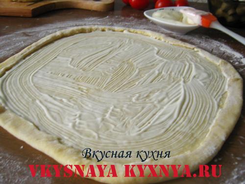 Промазанное майонезом тесто
