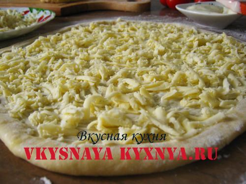 Тертый сыр на тесте