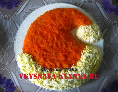 Салат, украшенный тертой морковью и яйцами