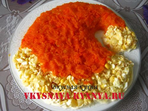 Тертая морковь на салате