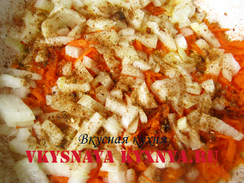 Морковь с луком и специями на сковороде.