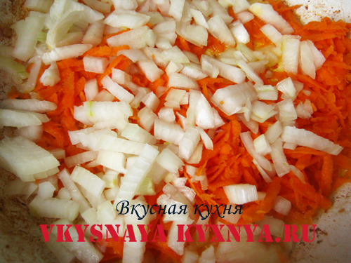 Морковь с луком на сковороде.