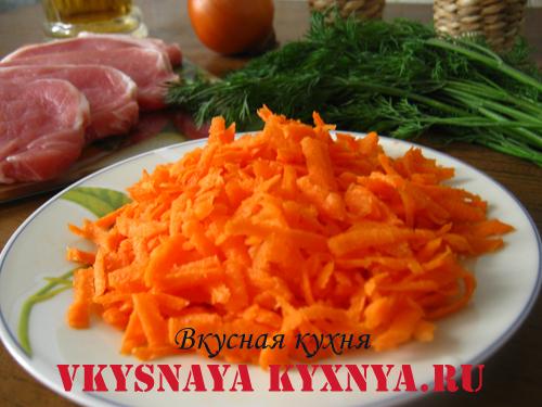 Натертая морковь.