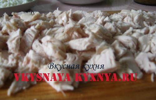 Мелко порезанное филе курицы.