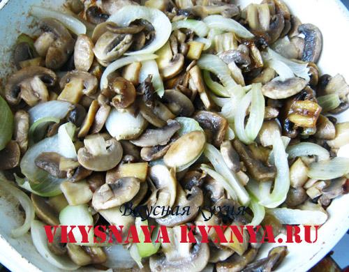 Обжаренные грибы и репчатый лук