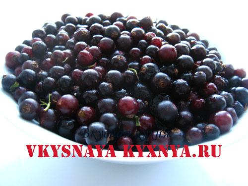 Размороженные ягоды черной смородины.