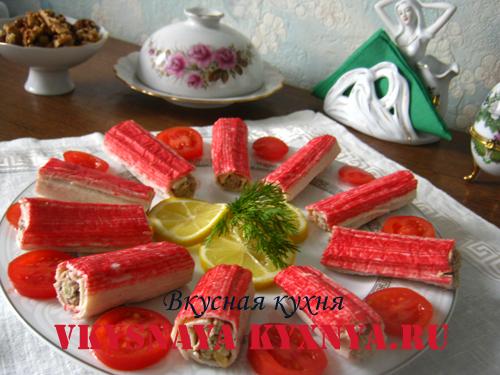 Рулетики из крабовых палочек с начинкой - украшение блюда.