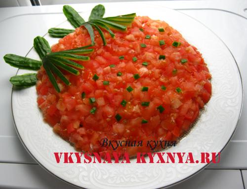 Салат с курицей и помидорами «Клубничка», рецепт с фото