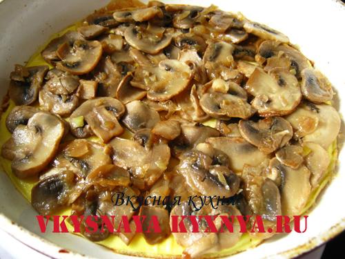 Жаренные грибы на омлете