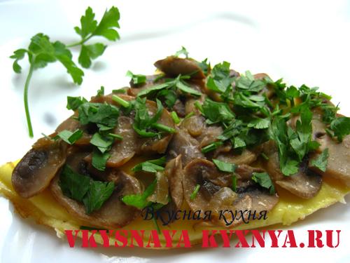 Омлет с грибами на тарелке
