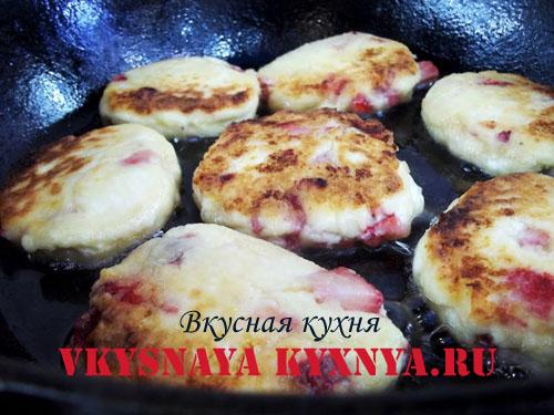 Обжаривание сырников на сковороде