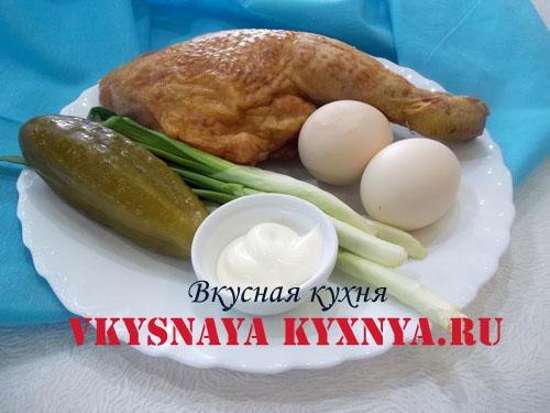 Салат с копченой курицей яйцом и огурцом