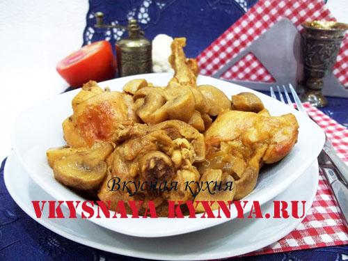 Курица, тушеная с грибами в тарелке