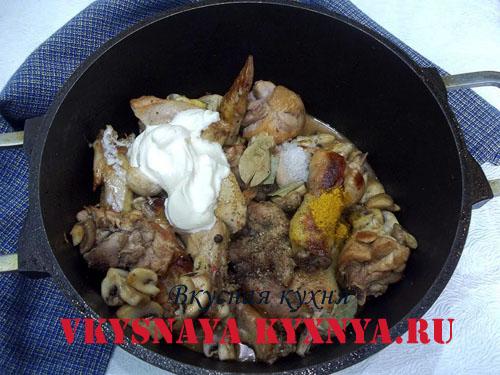 Курица с шампиньонами и специями