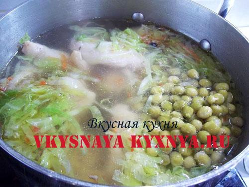 Куриный бульон, заправленный капустой и зеленым горошком