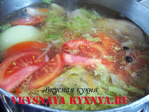 Куриный суп, заправленный помидорами