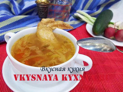 Овощной суп на куриных крылышках в тарелке