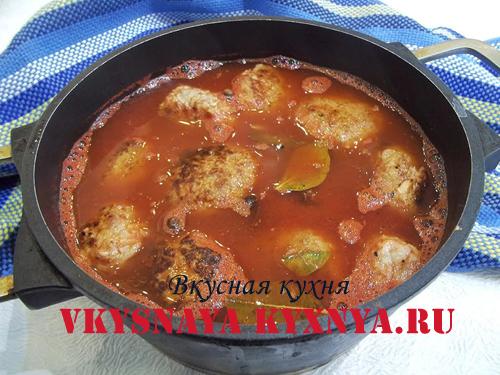 Тушеные тефтели в томатном соусе