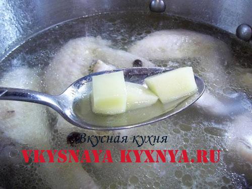 Заправляем суп картофелем