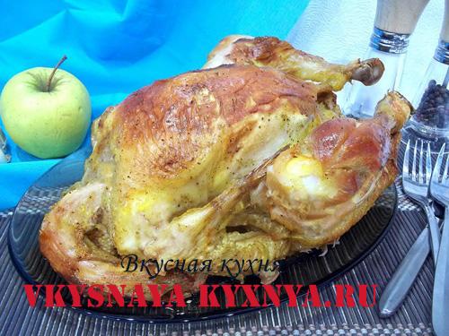 Курица фаршированная яблоками в тарелке