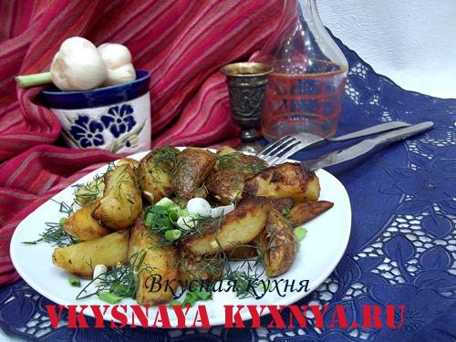 Жаренный молодой картофель с чесноком и зеленью, рецепт с фото