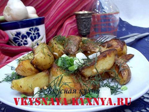 Жаренный молодой картофель в тарелке