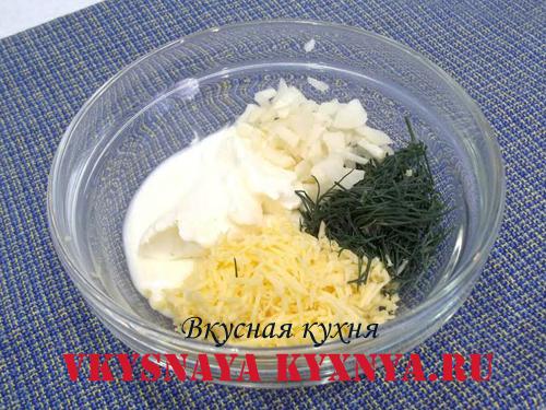 Ингредиенты для соуса - сметана, сыр, чеснок, укроп