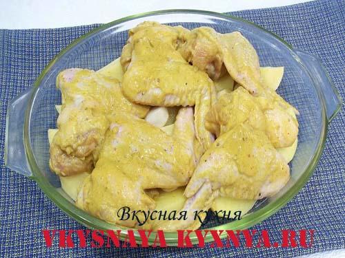 Куриные крылья на картофеле