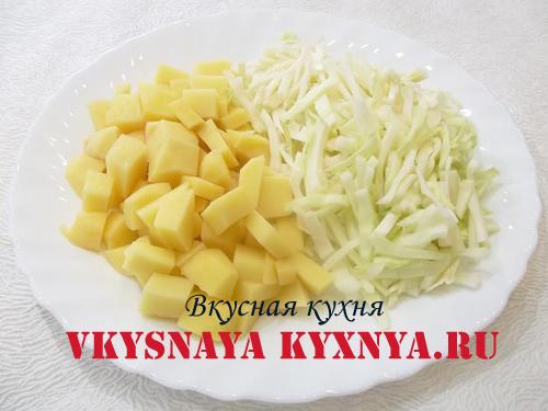 Нарезанный картофель и нашинкованная капуста