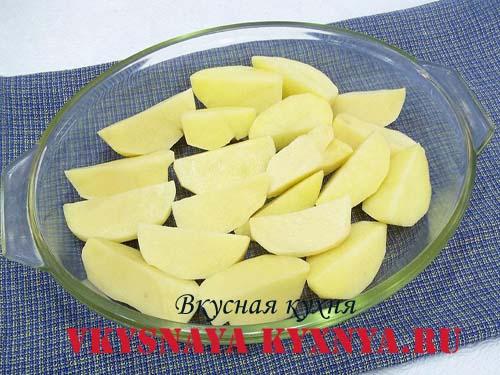 Порезанный на 4 части картофель